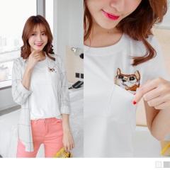 0706新品 素色刺繡貓咪單口袋設計棉感上衣.2色