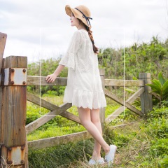 0606新品 純色刺繡蕾絲拼接荷葉裙襬開衩領七分袖洋裝