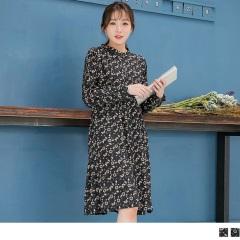 【唯美雪紡♥任選55折】附綁帶滿版花朵後拼接荷葉裙襬無領開釦雪紡洋裝.2色