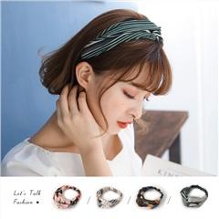 0321新品 繽紛色俏麗印花交錯造型寬版髮帶.4色