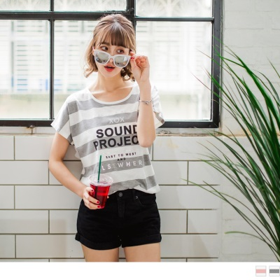 0613新品 英文燙印點綴橫條紋弧襬連袖上衣.2色
