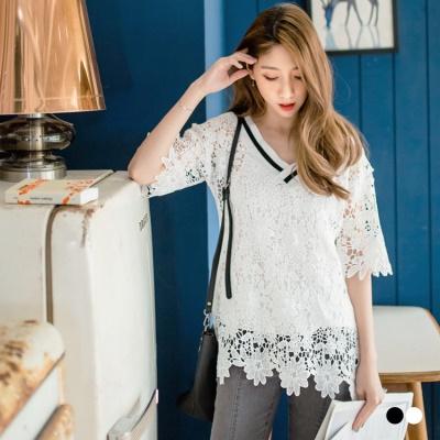 0613新品 滿版浪漫蕾絲雕花透膚鏤空彈性V領上衣.2色