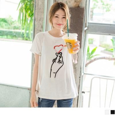 0512新品 珠飾點綴愛心手勢刺繡純色高棉量T恤.2色