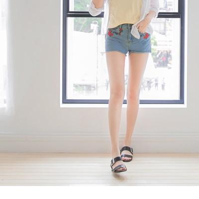 0607新品 經典牛仔刺繡花朵圖案不收邊造型短褲