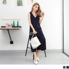 0619新品 光澤感素色開釦設計前後V領七分連身寬褲.2色