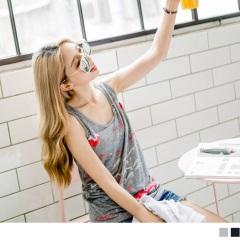 0719新品 玩趣塗鴉印花領口綴四環造型無袖上衣.2色