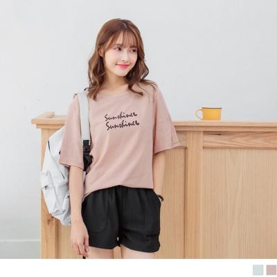 0710新品 優雅草寫印字袖口側襬開衩設計純色高含棉T恤.2色