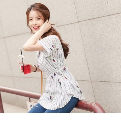 0628新品 直條紋綴花朵刺繡側釦環造型小V領連袖上衣