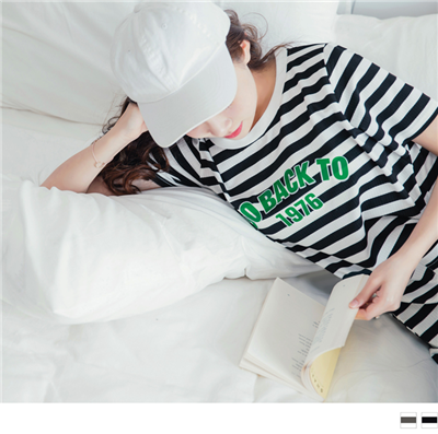 0728新品 英文膠印橫條紋側襬開衩休閒洋裝.2色