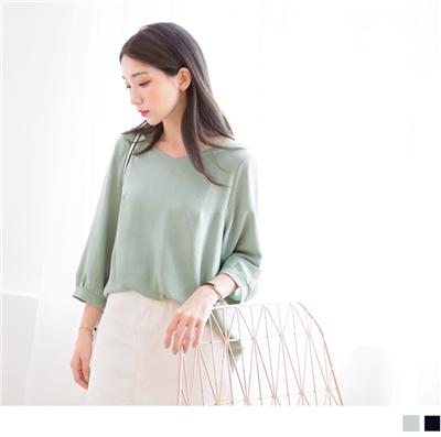 0928新品 素色九分袖胸前斜壓線縮口袖寬領長版上衣.2色