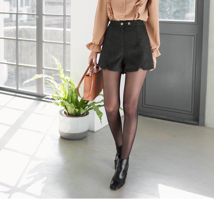 雙釦V剪裁造型下襬俐落短褲