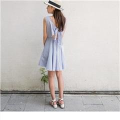 0809新品 直條紋點綴蕾絲圖騰背面鏤空蝴蝶綁帶無袖洋裝
