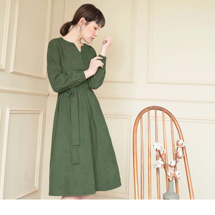 附腰帶磨毛感縮口袖小V領純色洋裝