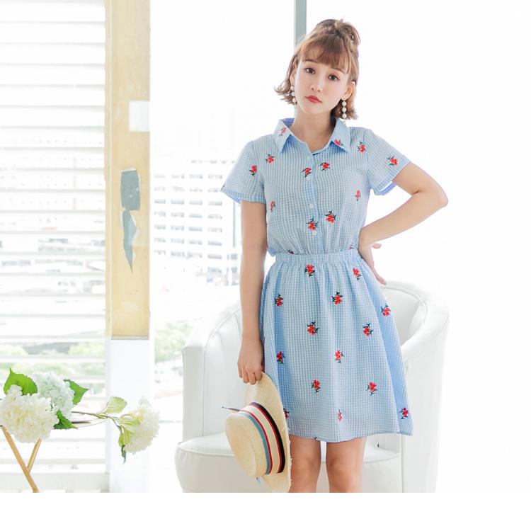 花朵滿版刺繡襯衫領排釦細格紋洋裝