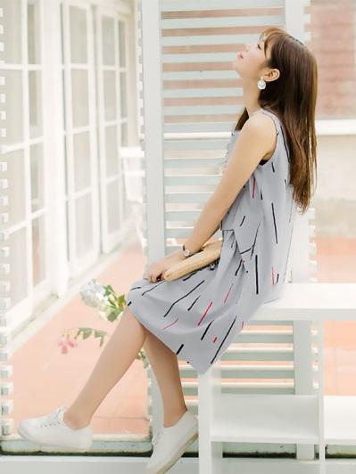 繽紛直條圖案拼接抓皺傘襬造型高含棉無袖洋裝.2色